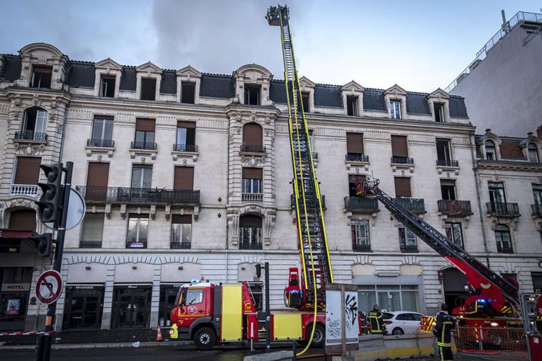 """Toulouse: 20 blessés dont un """"grave"""" dans l'incendie d'un immeuble"""