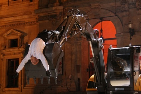 A Lyon, Natalie Dessay accompagne en plein air un duo danseur et pelleteuse