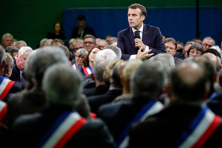 """""""Gilets jaunes"""" : """"une chance"""" de """"réagir plus fort"""" dit Macron en lançant le grand débat"""