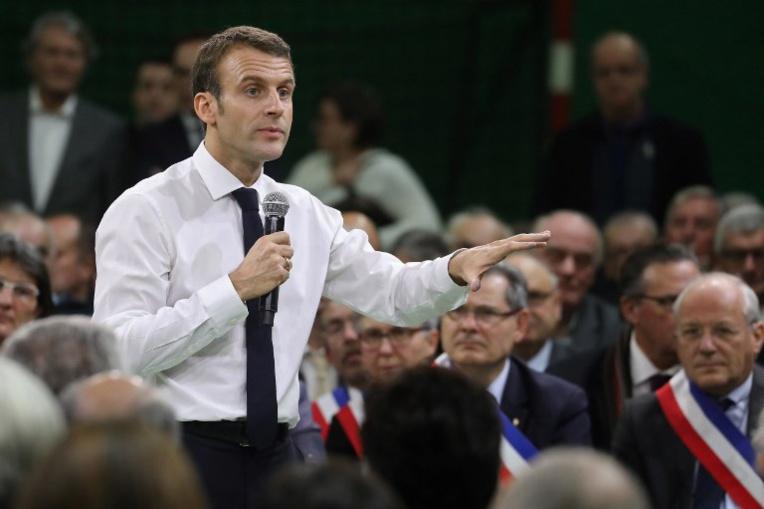 Grand oral marathon pour Macron devant des maires sans concession