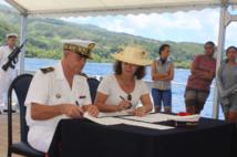 La ministre de l'Education, Christelle Lehartel et le contre-amiral, Laurent Lebreton.