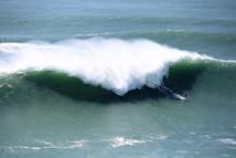 En avril 2018 Tikanui Smith avait pris une vague sur le spot de Nazaré au Portugal, réputé pour être l'un des spots de surf les plus dangereux au monde.