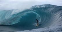 Vetea David l'une des figures du surf tahtien en action sur le spot de Teahupo'o. (WSL / Romuald Pliquet)
