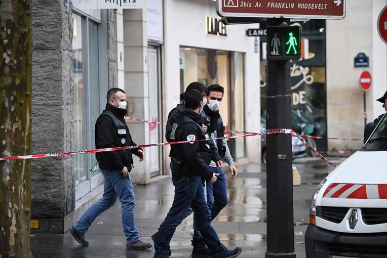 Paris: une banque braquée près des Champs-Elysées, les suspects en fuite