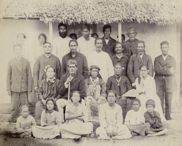Au deuxième rang, au centre, la jeune reine Tamaeva IV en 1889, avec les membres de la famille royale et les dignitaires de son petit royaume.