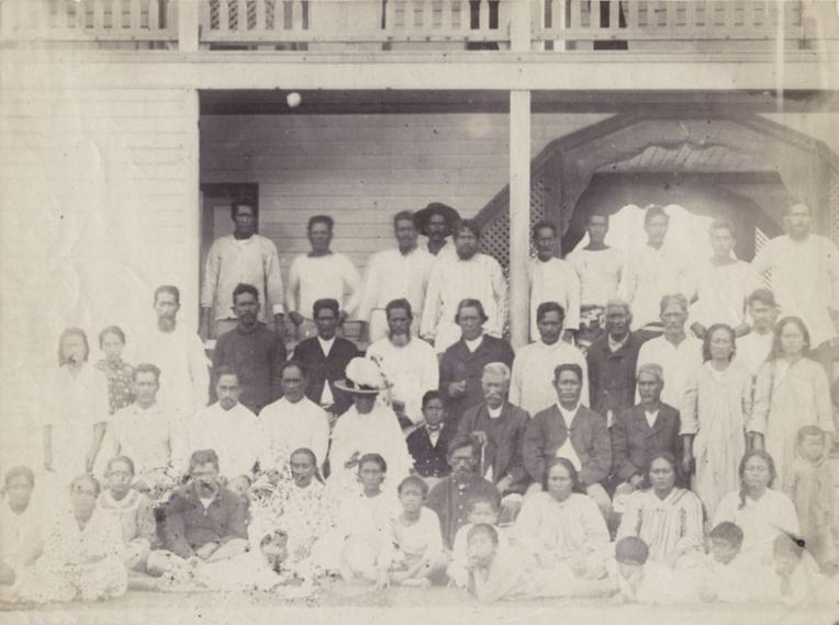 La famille royale de Rurutu avec, au centre (2e rang), le petit roi Teuruarii IV qui intégra son royaume à l'ensemble français un an avant Rimatara.