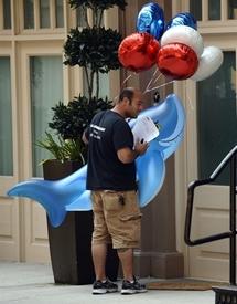Requins gonflables ou juifs orthodoxes curieux, la maison de DSK attire