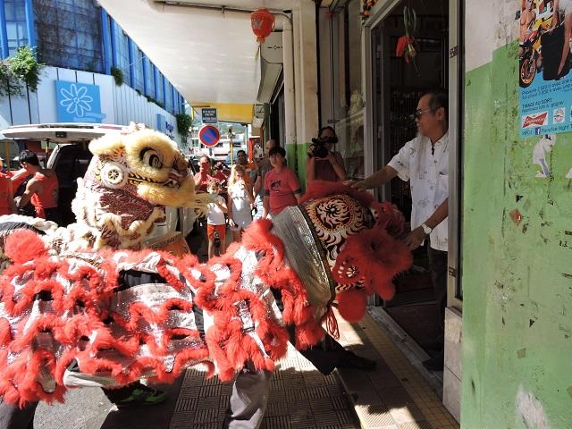 Très vivante, la danse du Lion est un spectacle fascinant. Elle réunit à la fois l'art, le spectacle, la tradition chinoise, mais aussi le kung-fu.