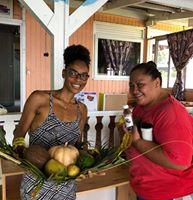 """Tedyna et Gisèle ont fait un échange grâce au nouveau groupe Facebook  Tahiti - Je """"donne"""" un OBJET contre des fruits ou légumes du Fenua »."""