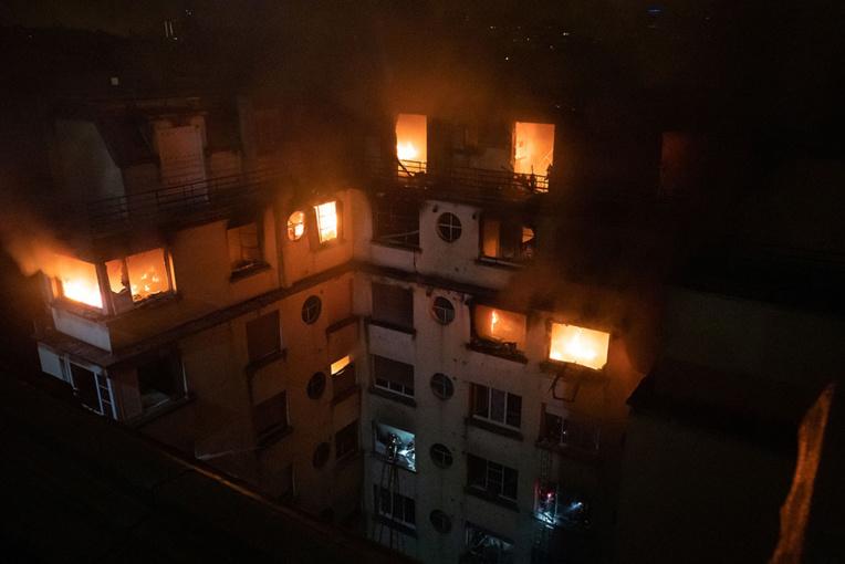 Dix morts dans l'incendie d'un immeuble à Paris, piste criminelle privilégiée