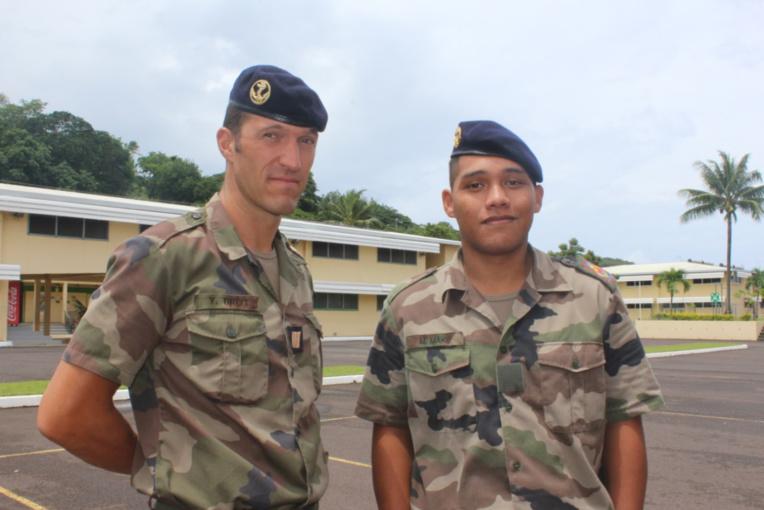 Le Sergent-chef Yohan Brot et le jeune stagiaire Make Maiti.