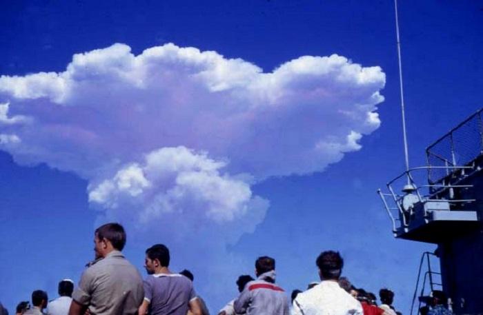 Un tir d'essai nucléaire en 1970 en Polynésie française : les militaires regardent le champignon atomique se dissiper dans l'atmosphère (source : moruroa.org).