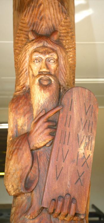 Quatre prophètes accueillent les fidèles sur le parvis de la cathédrale ; Abraham, avec un glaive et un bélier, Moïse avec les Tables de la Loi, David et enfin Jean qui désigna le Messie.