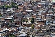 Des éboueurs-alpinistes pour ramasser les ordures dans les favelas de Rio