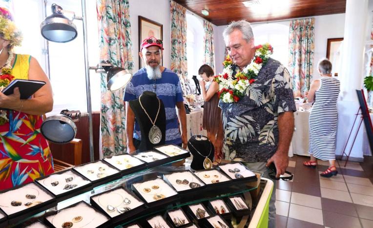 Ouverture du 19ème salon de la bijouterie d'art polynésien à la mairie de Papeete
