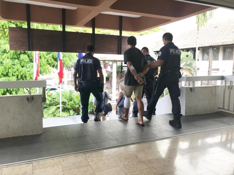 Le prévenu, avec l'appui d'un complice mineur, avait alors dérobé à vélo un sac à dos appartenant à la victime qui contenait un porte-feuille, une carte de crédit, une tablette et la somme de 300 dollars.