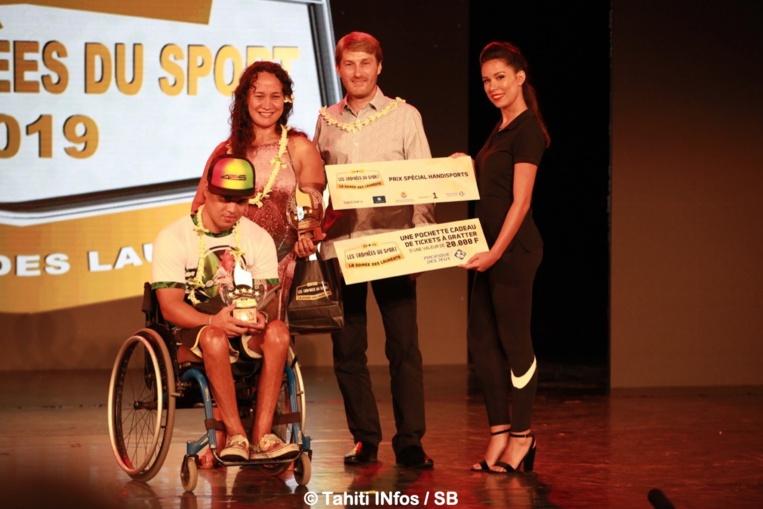 Raiarii Teuiau et Vaihere Doudoute, lauréats du prix handisport remis par Guillaume Reynaud de la Pacifique des Jeux