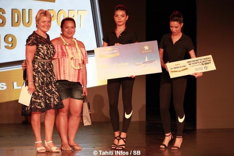 La gagnante du jeu Tahiti Infos en compagnie de Nathalie Montelle, rédactrice en chef