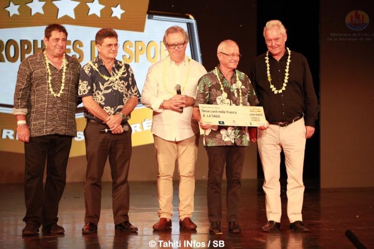 Henri Cornette de St Cyr s'e'st fait remettre un chèque de 200 000 xpf au bénéfice de la Saga, offert par les partenaires