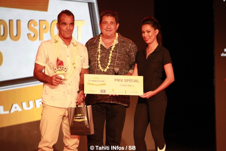 Vetea David a reçu le Prix Spécial Tahiti Infos des mains d'Alain Barbaroux, directeur d'exploitation de Fenua Com