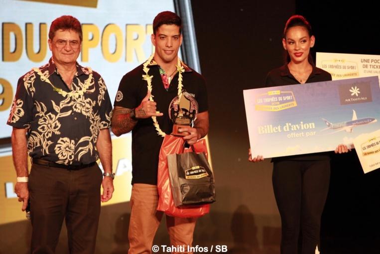 Raihere Dudes a reçu son prix de Michel Monvoisin, PDG d'Air Tahiti Nui