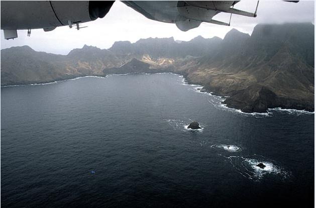 C'est sur ces côtes inhospitalières que les marins d'autrefois venaient reposer leurs équipages ; les baies calmes et protégées sont rares…