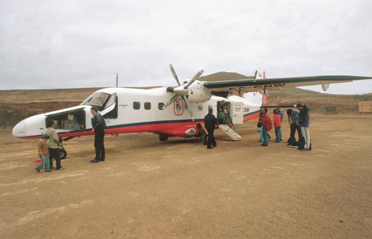 Si vous désirez tenter votre chance sur Robinson Crusoé, ou au moins y effectuer un premier repérage, trois petites compagnies aériennes desservent l'île.