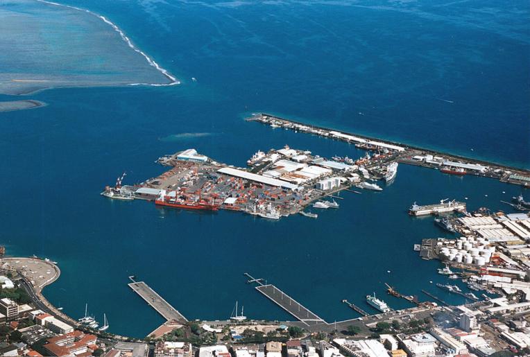 Le tirant d'eau autorisé est limité à 11 mètres à la passe de Papeete. En conséquence, la taille des porte-conteneurs est limitée et ces navires sont sous-exploités. En augmentant le tirant d'eau, le port de Papeete serait donc en mesure d'accueillir dans de meilleures conditions les bateaux.