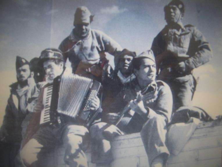 Le tamarii volontaire Jean-Roy Bambridge, ici avec son accordéon dans le fameux Bataillon des Guitaristes.