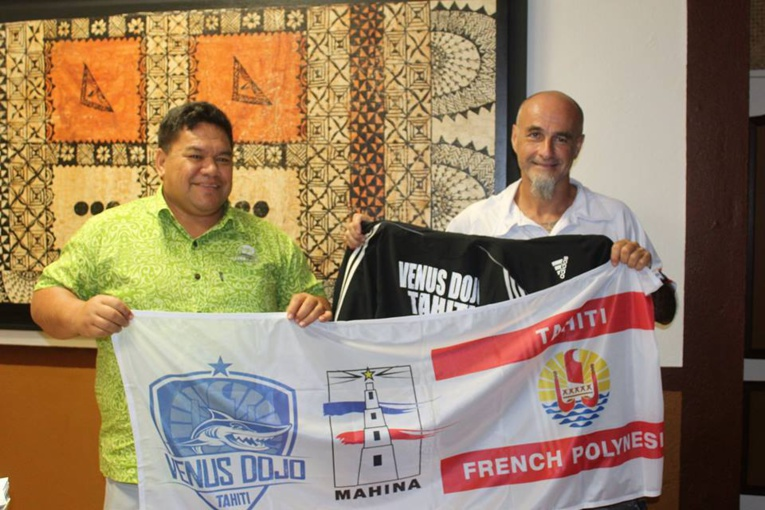 Bernard Di Rollo avec le maire de la commune de Mahina, Damas Teuira