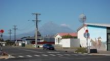 La petite ville côtière d'Opunake au nord de l'île