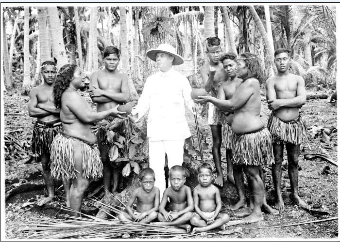 Le premier missionnaire arriva à Nauru en 1888, juste avant les Allemands. Celui-ci a été photographié au milieu de ses ouailles en 1916.