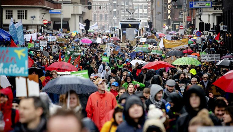 Environ 40.000 personnes marchent pour le climat à Amsterdam