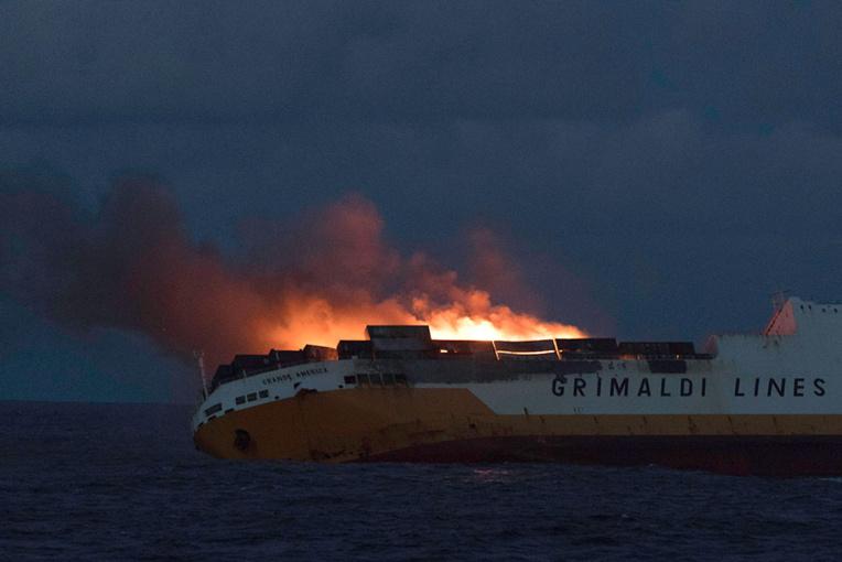 """Naufrage du """"Grande America"""": 45 conteneurs de matières dangereuses et 2.200 tonnes de fioul lourd"""