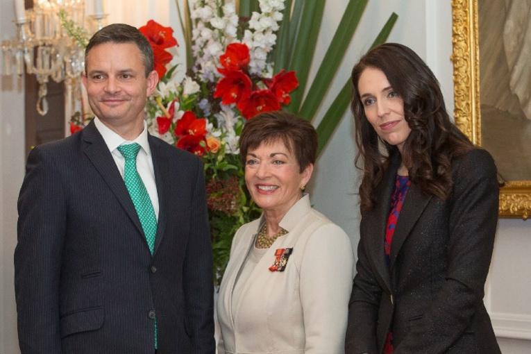 Le ministre du Changement climatique James Shaw (à gauche).