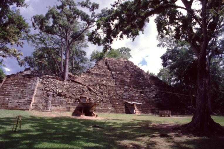 A la manière d'Angkor ou du Machu Picchu, les ruines de Copan étaient complètement recouvertes par la forêt tropicale avant les premières fouilles au XIXe siècle.