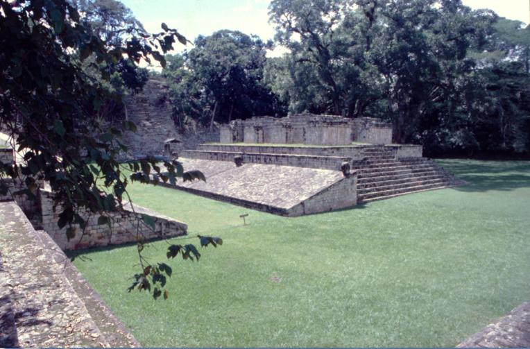 Le célèbre jeu de paume de Copan. Le roi Lapin XVIII fut battu lors d'un match par son voisin le roi de Quirigua, Ciel Cauac. Lapin XVIII perdit la face… et la tête, puisque le battu était décapité !