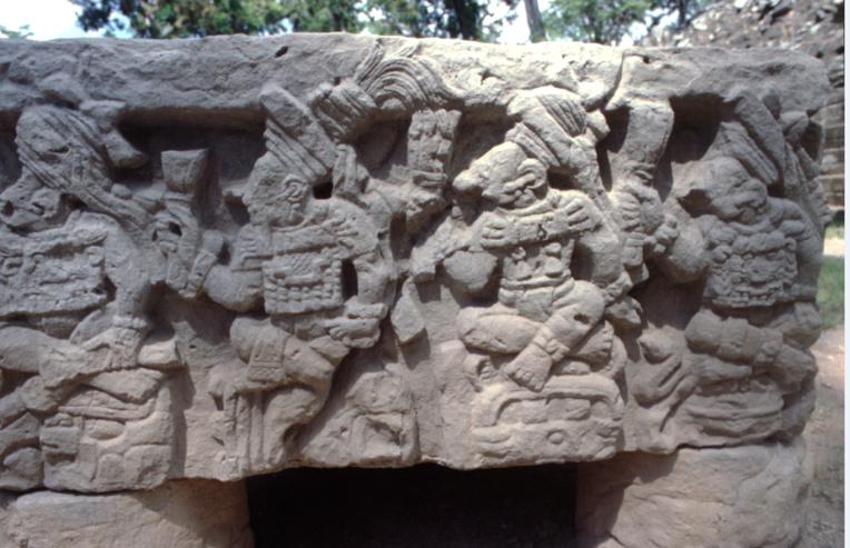 Les murs de Copan sont de véritables livres à ciel ouvert ; outre les représentations de rois, ils narrent, grâce aux glyphes qui les recouvrent, les hauts faits et les exploits des intéressés, avec des datations très précises, qui font de ce site un lieu unique dans toute l'Amérique centrale.