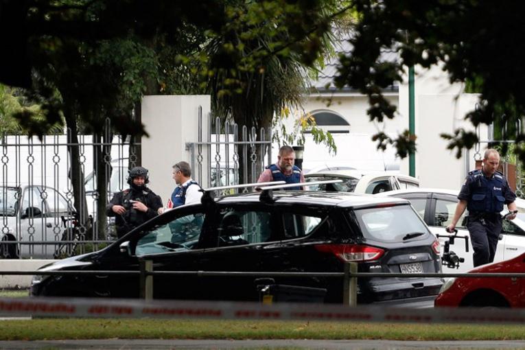 Le nombre exact de tireurs n'était pas connu mais Mme Ardern a déclaré que trois hommes étaient en garde à vue.