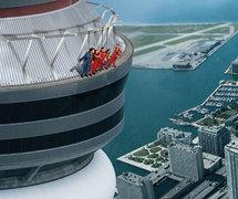 """Toronto : """"sortie dans l'espace"""" sur le rebord d'une tour, à 356 mètres"""