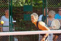 A 80 ans, Anne-Marie prend du service sur le circuit international