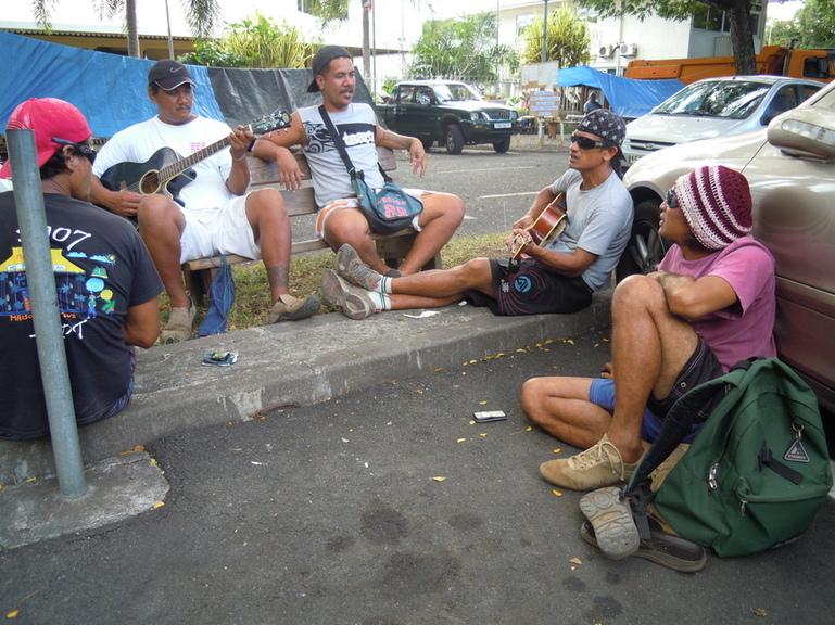 Francisco, 2ème en partant de la droite, chante avec ses collègues pour faire passer le temps
