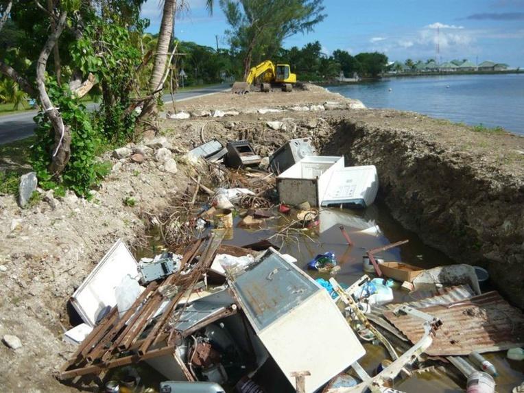 Des produits électroménagers dans une décharge sauvage à Tumarra, Raiatea, en 2011 (photo de l'association Rainuatea)