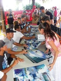 Séance de dédicace des surfeurs PRO  du Team Billabong
