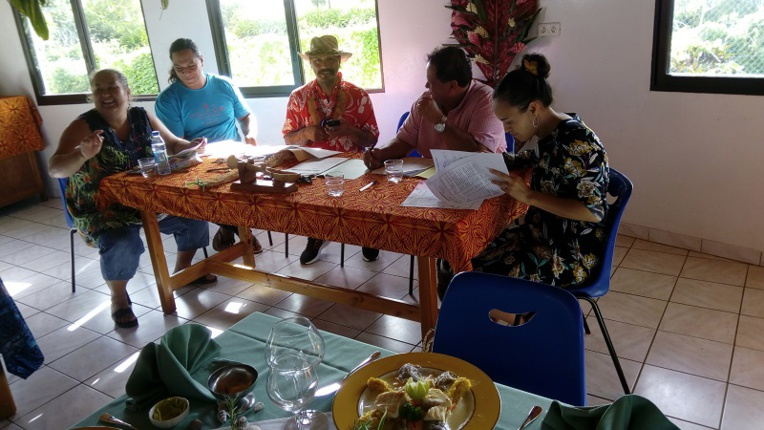 Le jury est composé du maire de Tubuai (Fernand Tahiata), de l'administratrice (Rachel Tau), du principal du collège (Jérôme Bost), du représentant de la pension Taitaa (Narii Doom), du représentant du restaurant Chez Nani (Elisa Travers) et du chef de cuisine du collège de Mataura (Taaroa Tevaatua).
