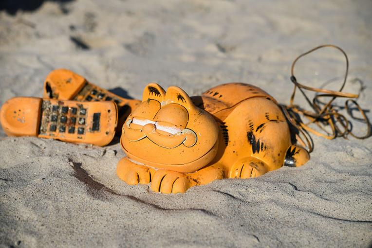 Le mystère de l'échouage de téléphones Garfield sur les plages bretonnes enfin levé