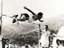 Un athlète de Polynésie française lors des Jeux du Pacifique Sud organisés en 1963 aux Îles Fidji.