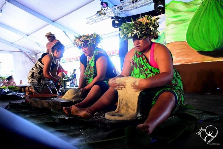À l'ouverture de cette élection de beauté, une démonstration de fabrication de pōpoi a été donnée par les māmā de Rapa.