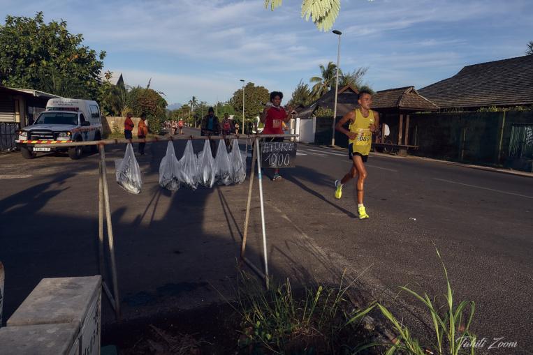 """Un Marathon où l'on peut voir des """"ature"""" en vente en bord de chemin... © Tahiti Zoom/Moorea Events"""