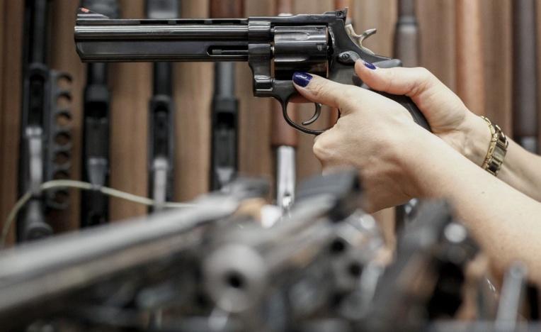 Un pistolet dérobé lors d'un salon d'armement au Brésil